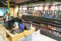 ▲1階の内装。ノート&デスクトップPCのほか、マウスなどが販売されている。