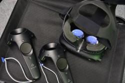 ▲ヘッドマウントディスプレイと2つのコントローラーを使用する。