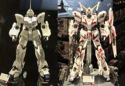 60分の1モデルで比較。左の通常時のユニコーンモードから体の装甲が開きくことでデストロイモード(右)は一回り大きくなる=THE GUNDAM BASE 展示©創通・サンライズ