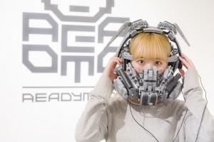「ヘッドセット」。ヘッドフォンとマスク、ブルートゥースの受信機がつく