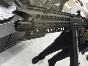 このショットガンの銃口。会場で手に取ることができる。