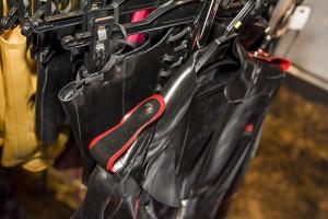 赤いラインが入った肩飾りがポイント。ここで販売されるコスチュームはどれもデザインの遊び心がある