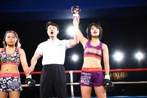 判定の結果、川村の勝利が決まった