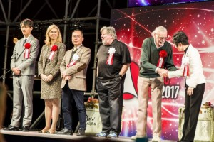 他のゲストに挨拶をするスタン・リーさん(右から2人目)