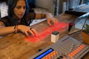 二つの赤外線センサーで、指の動きを認識し、高い処理能力を維持