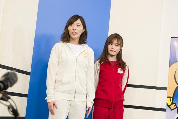 記者会見に出席した左・ハリウッドJURINA(松井珠理奈/SKE48)と、右・シャーク込山(込山榛香/AKB48)