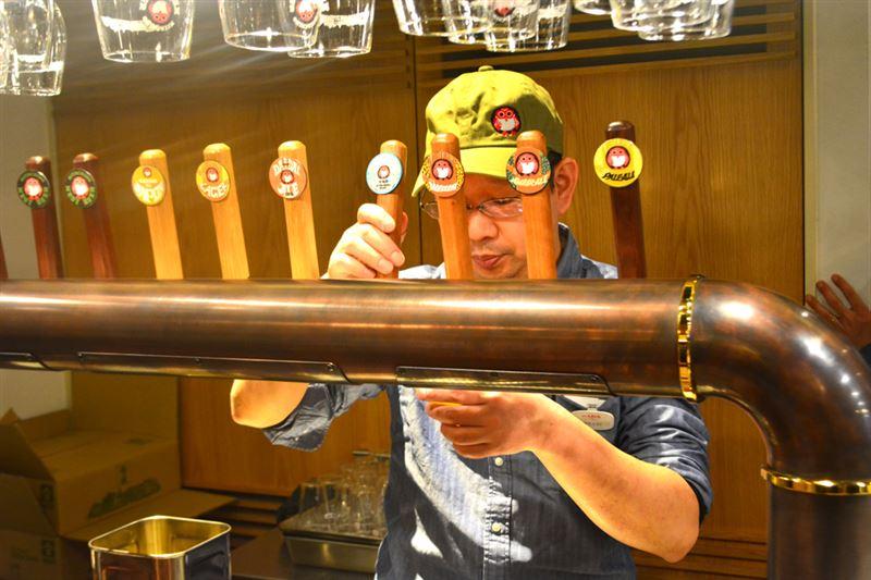 ▲ビールは目の前でめいいっぱい注いでくれる。ありがたや。