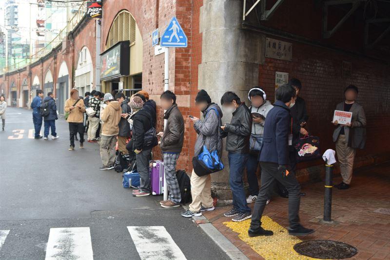 ▲待機列は20人ほど(9時45分頃)。