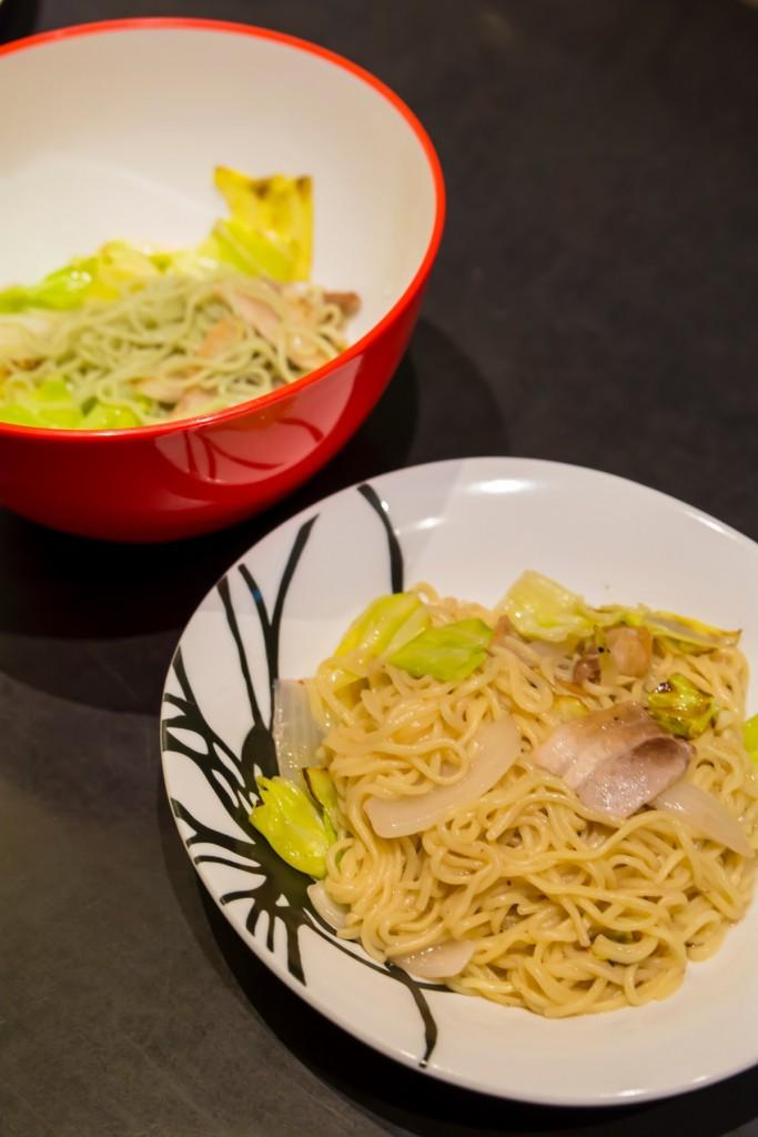 ▲提供する際、麺をミックスすると色が変化する「メタモルフォーゼ焼きそば」(750円、税抜)