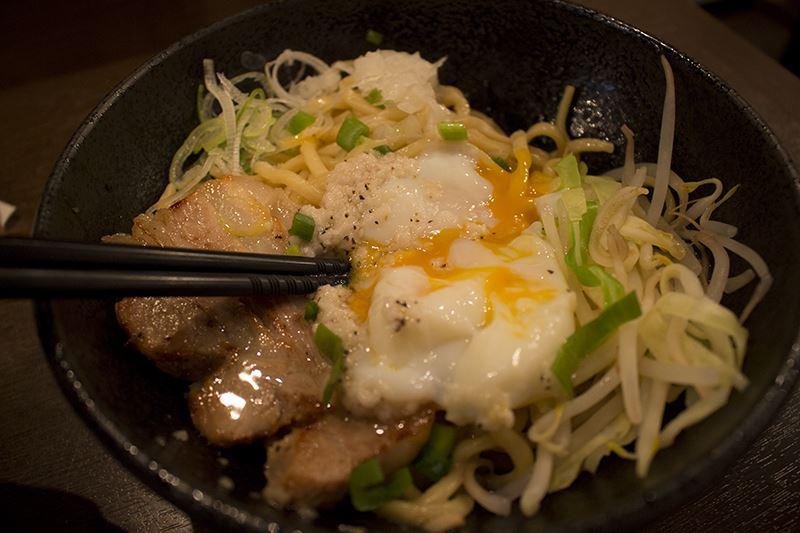 ▲混ぜ混ぜ。卵が麺に絡み合い、濃厚な味に。