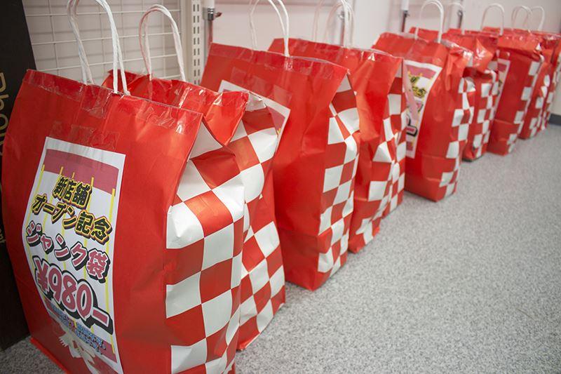 ▲何が入ってるか、使えるか分からないジャンク袋。記者も一つ買ってみた。