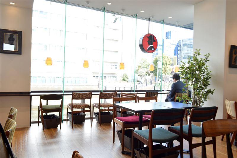 ▲店内から神田川が見える席も。