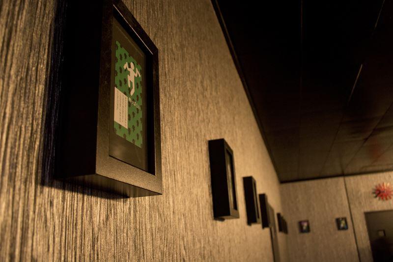 ▲壁には「人狼」で使用するカードが飾れている。