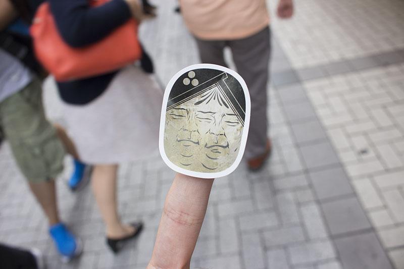 ▲ジョイまっくすポコさんだけが自由に貼れる「力士シール」。記者やスタッフの頬などに貼りまくっていた。