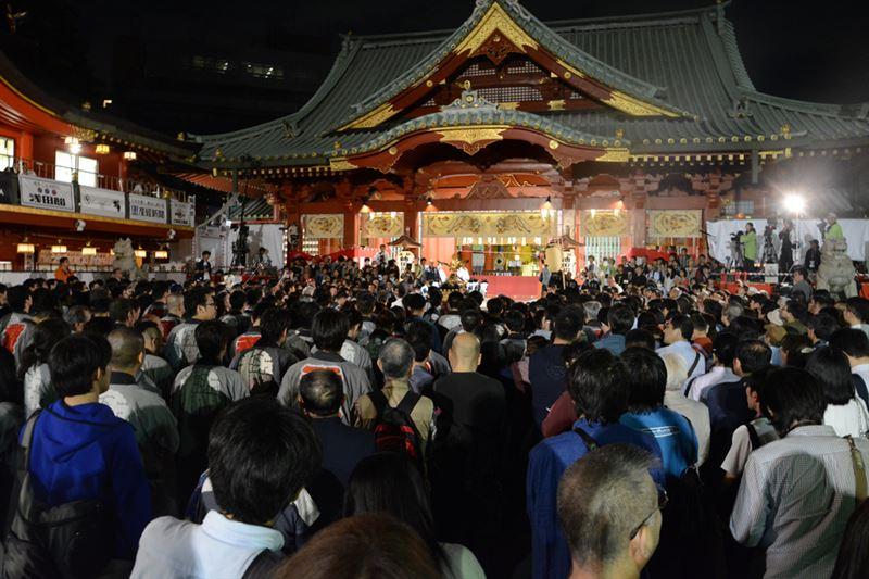 ▲20時頃の神田明神。神輿宮入も終わりを迎えようよしていた。