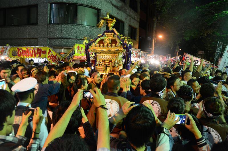 ▲最後の神輿が神田明神の門前に到着!
