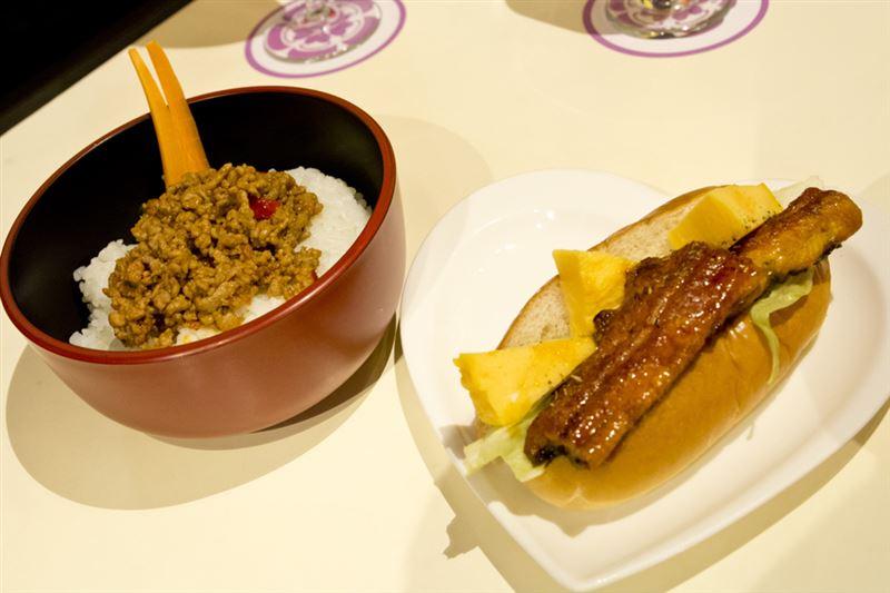 ▲コラボフード。 左:鬼紅蓮ヨシツネ丼(1650両[円]) 右:ウナギドッグ(1400両[円])