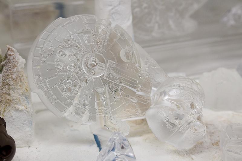 ▲アイストレイがあれば「銀河系最速のガラクタ」形の氷も作れる。