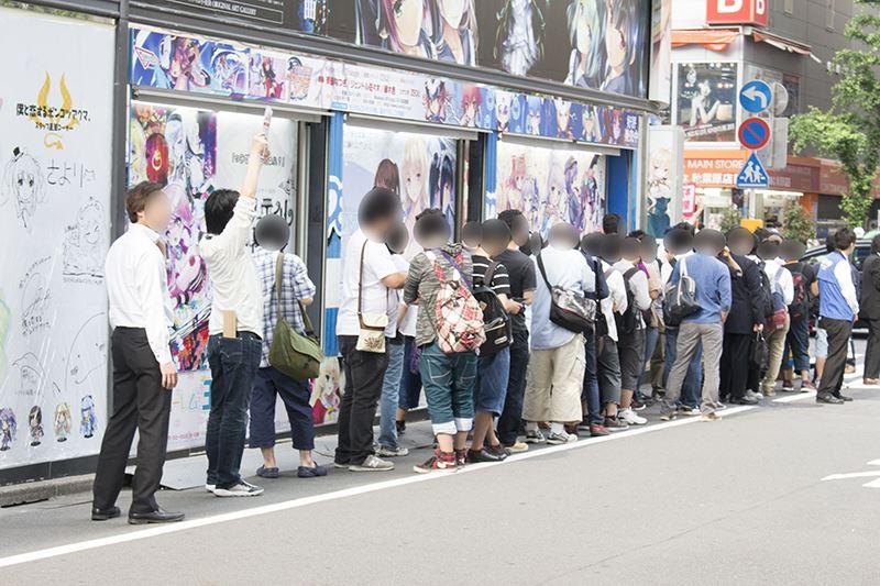 ▲冊子&缶バッジ配布前のソフマップ1号店には行列ができていた。
