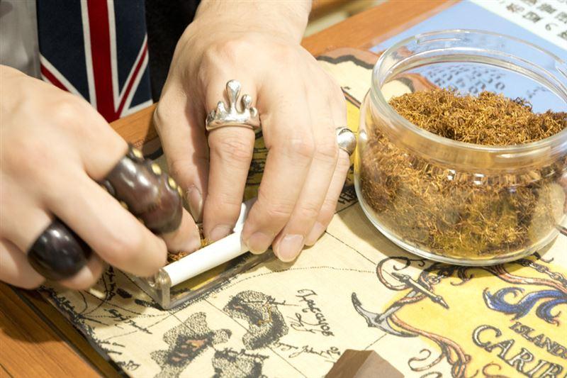 ▲専用の機器を使って手巻きたばこを作ってくれる。