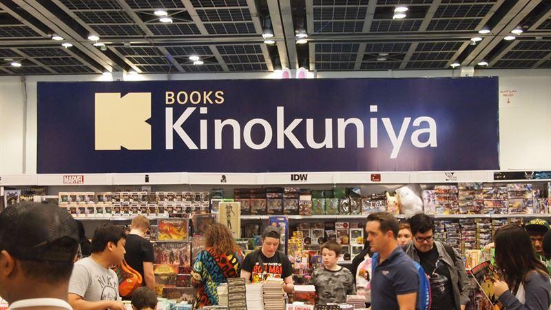 ▲kinokuniyaブースでは日本のマンガやイラスト集、グッズなどを販売。ブース内は日本のコンテンツのファンで混雑している。
