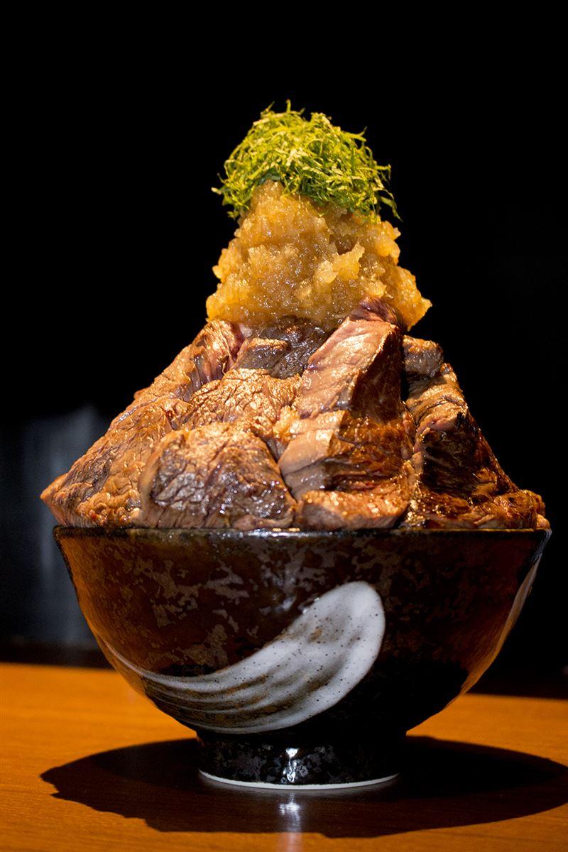 ▲肉600g、ご飯300g、野菜100gで約1kg! どんぶりの重さを抜きにしてもボリューム満点。