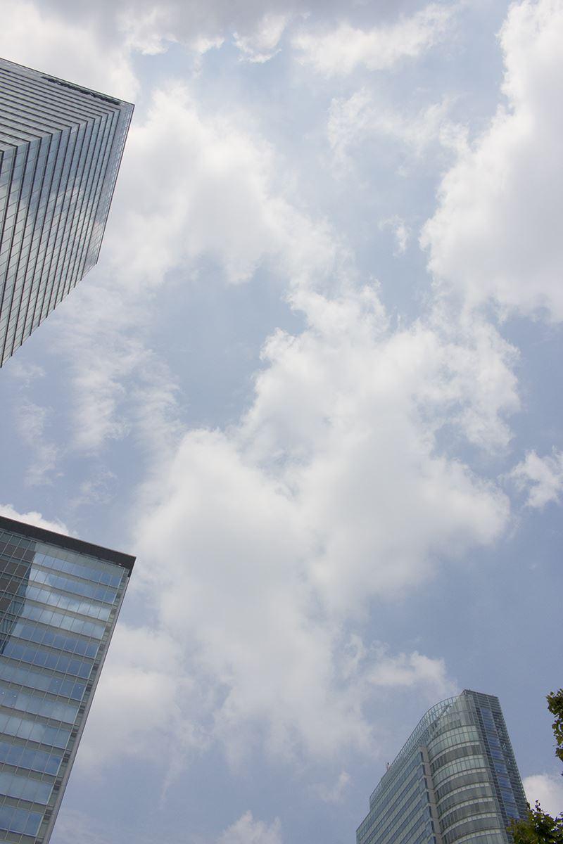▲秋葉原駅電気街口から空を見る。いい天気だが、スマホで見ると……
