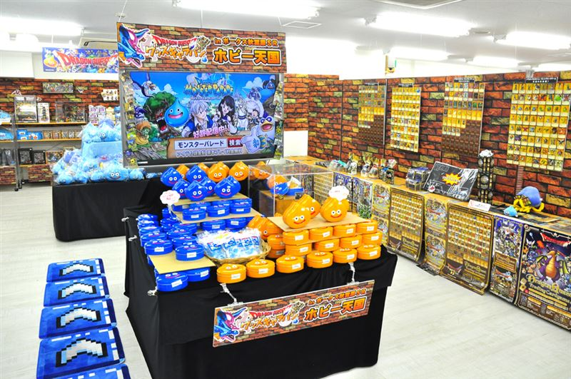 ▲中央にはイベント限定商品『スライムキャンディ』と『スライムクッキー』が山盛り!