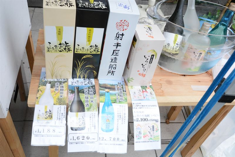 ▲『焼竹ちくわ』の横では、徳島の地酒を販売。試飲も可能で、ちくわと共に飲むのがオススメ!