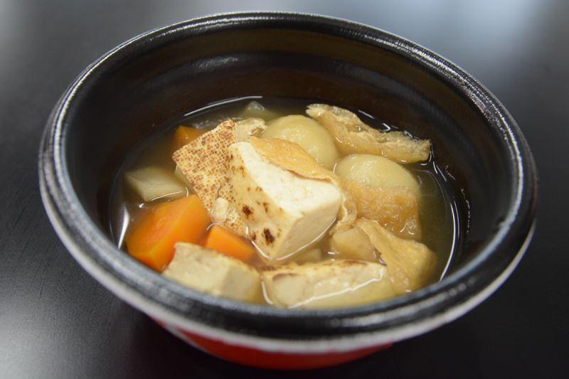 """▲具沢山の汁物。""""まめぶ""""と呼ばれる、クルミと黒砂糖入りの小麦団子が特徴で、とてももっちもち!"""