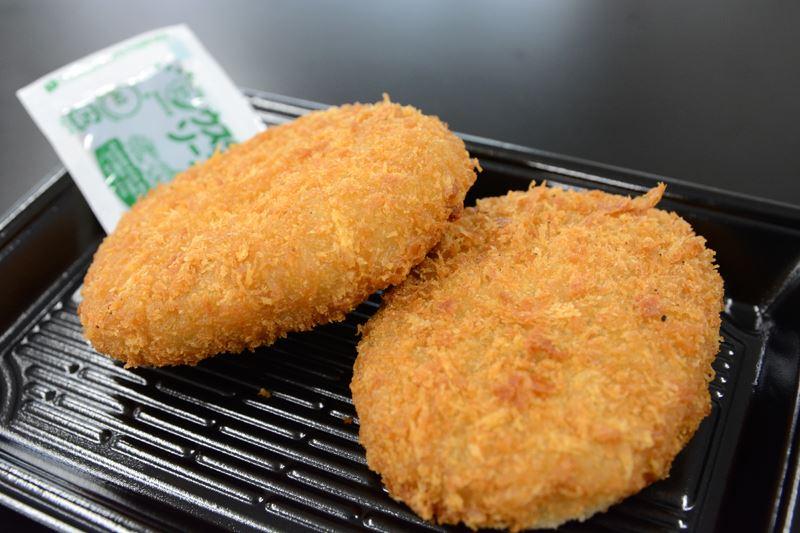 ▲さといもを使用した甘めのコロッケとは珍しい! ソースとの相性は抜群だ。黒毛和牛の肉の食感もしっかりしている。