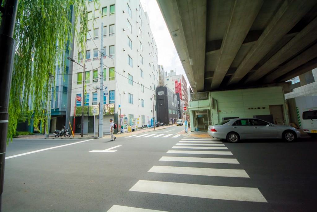 ⑥橋を渡り切ったらそのまま直進。写真の場所から徒歩30秒でお店が左側に見える。