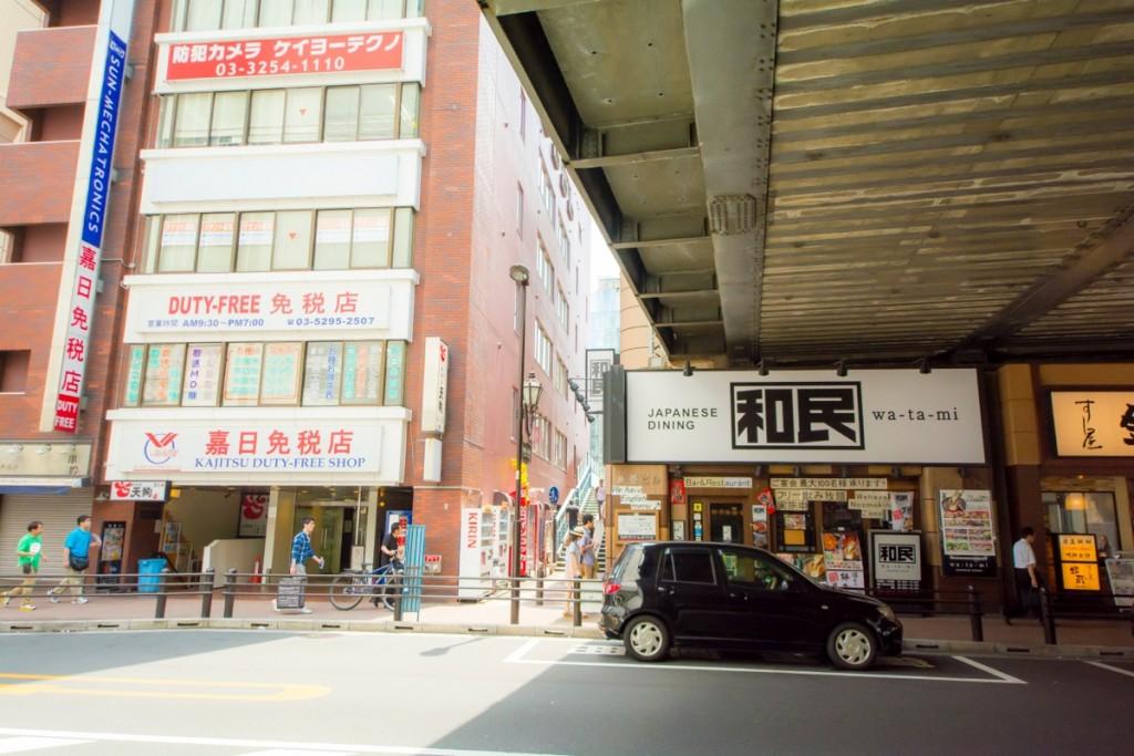 ③50mほど歩くと、「和民」の先に小道が現れるので右折。ここが「神田ふれあい橋」の入り口だ。