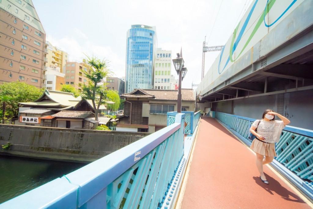 ⑤橋を直進。左手に柳森神社が見える。