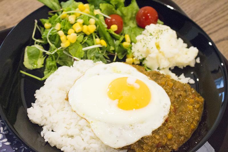 ▲イチオシのキーマカレー(880円)を注文。新鮮なサラダとキーマカレーが味わえる。