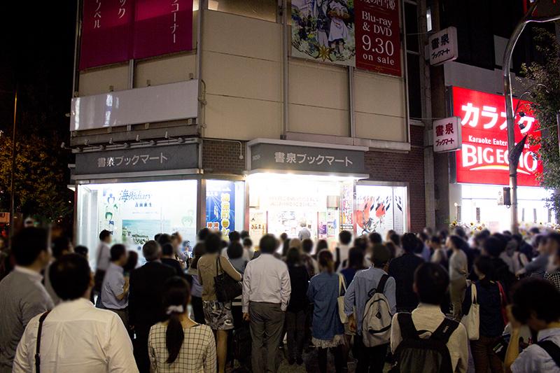 ▲当日の20時50分頃、店頭には多くのお客さんが集まっていた。