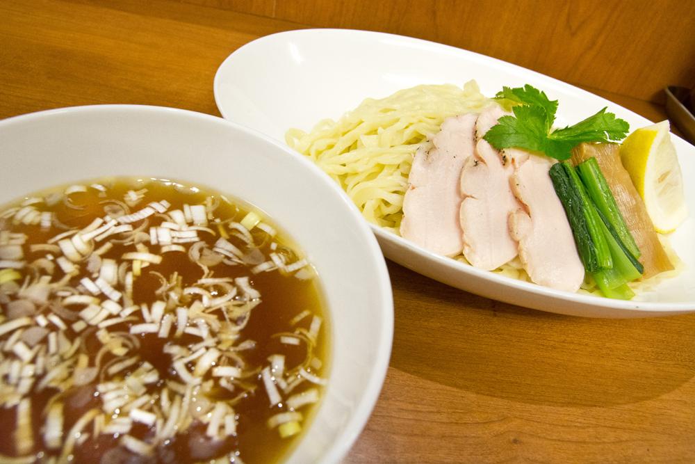▲トッピングは、鶏チャーシュー、小松菜のお浸し、メンマ、レモン。