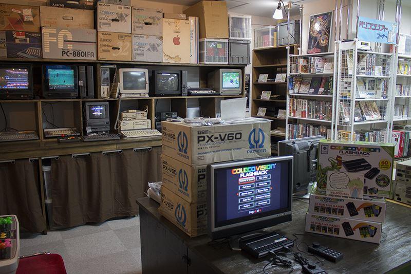 ▲レトロなゲームミュージックが流れる店内には、パソコンや基盤がずらりと並ぶ。