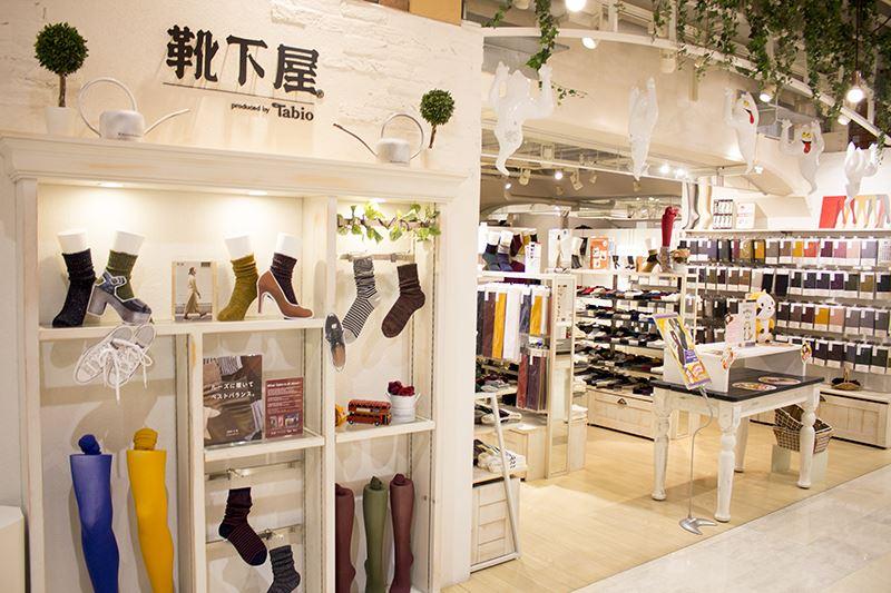 ▲3Fの「靴下屋」では、ラスカルの刺繍を入れたコラボソックスを数量限定で発売。
