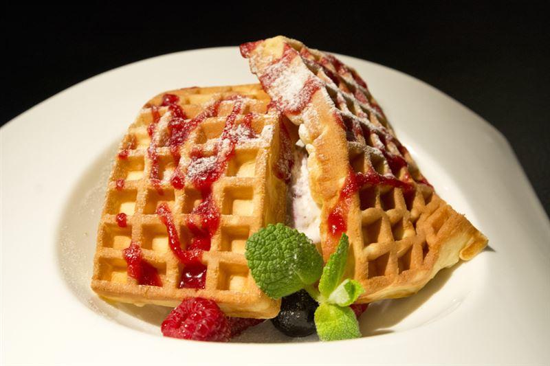 ▲喫茶店「楽園」の人気スイーツ(?)。竜宮島をイメージしており、2枚のワッフルの下にアイスが隠されている。