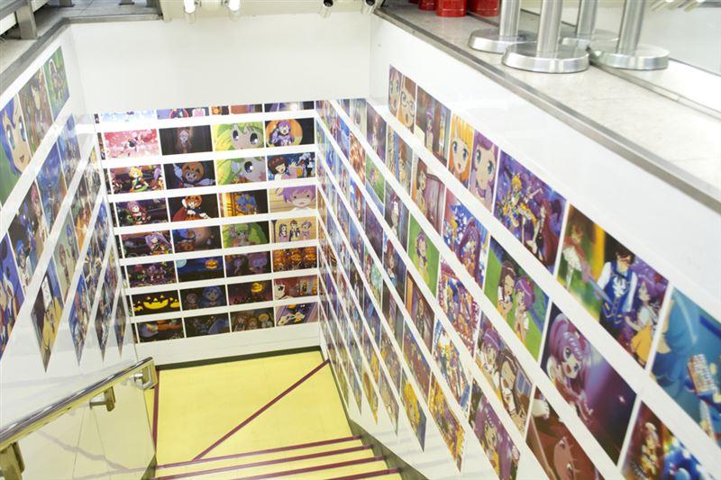 ▲地下に降りる階段から『プリパラ』仕様。大量の場面写真が貼られている。