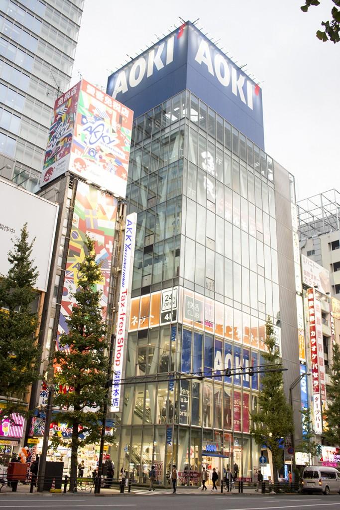 ▲「快活CLUB 秋葉原駅前店」は、1階から3階まで「AOKI 秋葉原店」があるビルの4階。ビル内のエスカレーターからは入店できないので、エレベーターを利用しよう。