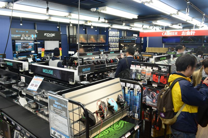▲店内の様子。マイスやキーボード、ヘッドセットなど商品ごとに棚が分けられている。