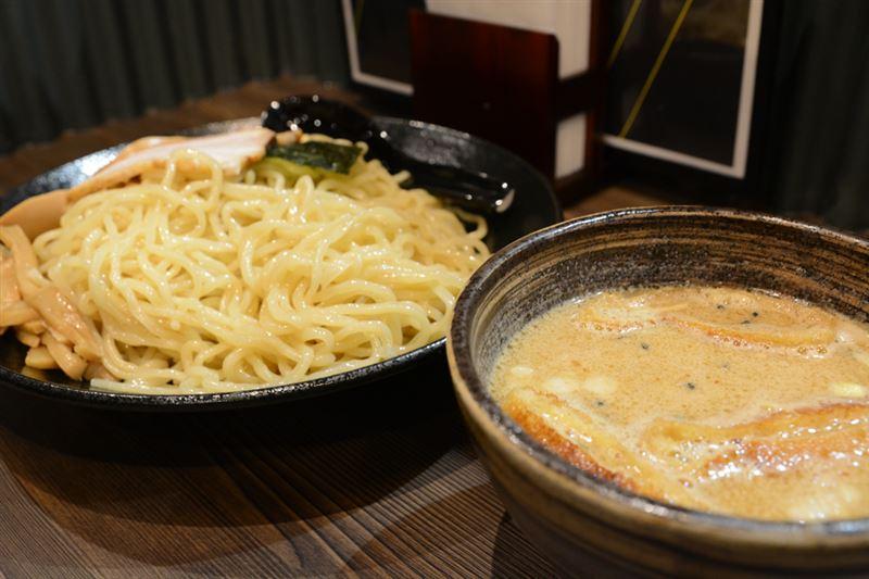 ▲『特製味噌ダレつけ麺』。つけダレは甘く、なんだか胡麻の風味が強い。麺は通常のラーメンよりやや太めで、弾力が強かった。