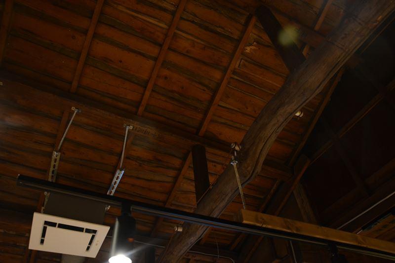 ▲天井を見ると、三幸の名残らしき木造が…。