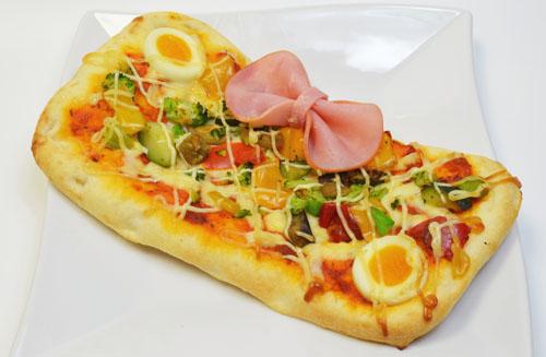 ▲「ピンクチェックスクールのリボンピザ」(920円)。
