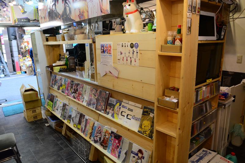 ▲キッチンスペース近くには同人誌や同人ゲームを販売。