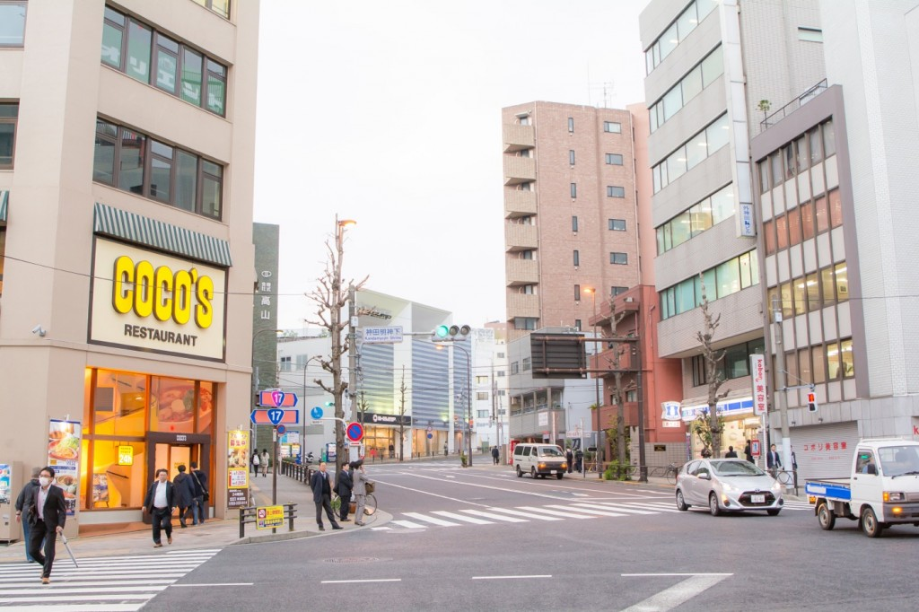 ▲秋葉原電気街口を出たら、神田明神方面へ進もう。ファミレス「ココス」が目印。