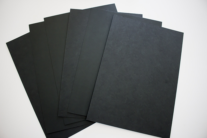 ▲100円ショップで黒の厚紙を購入。
