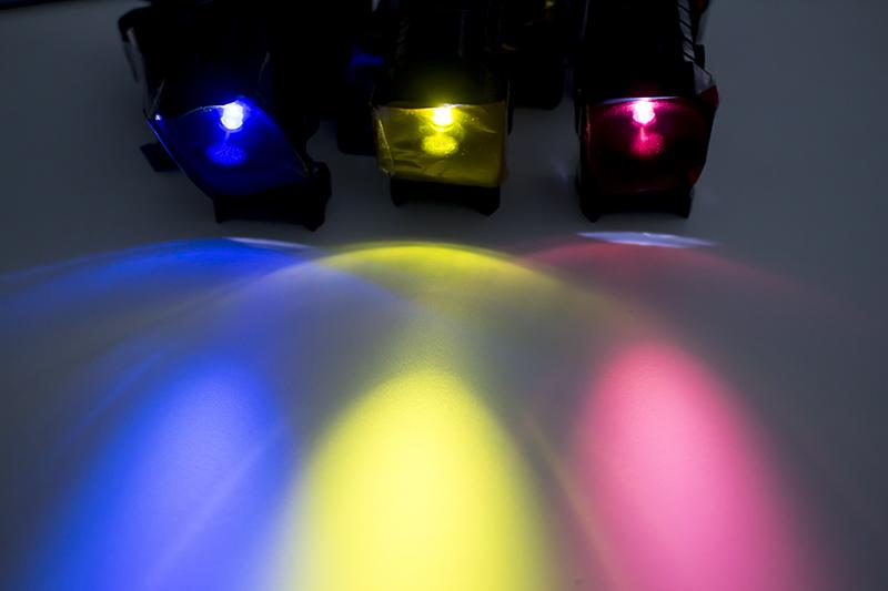 ▲4色の照明で、背景やフィギュア本体に当ててライブ感を演出する。